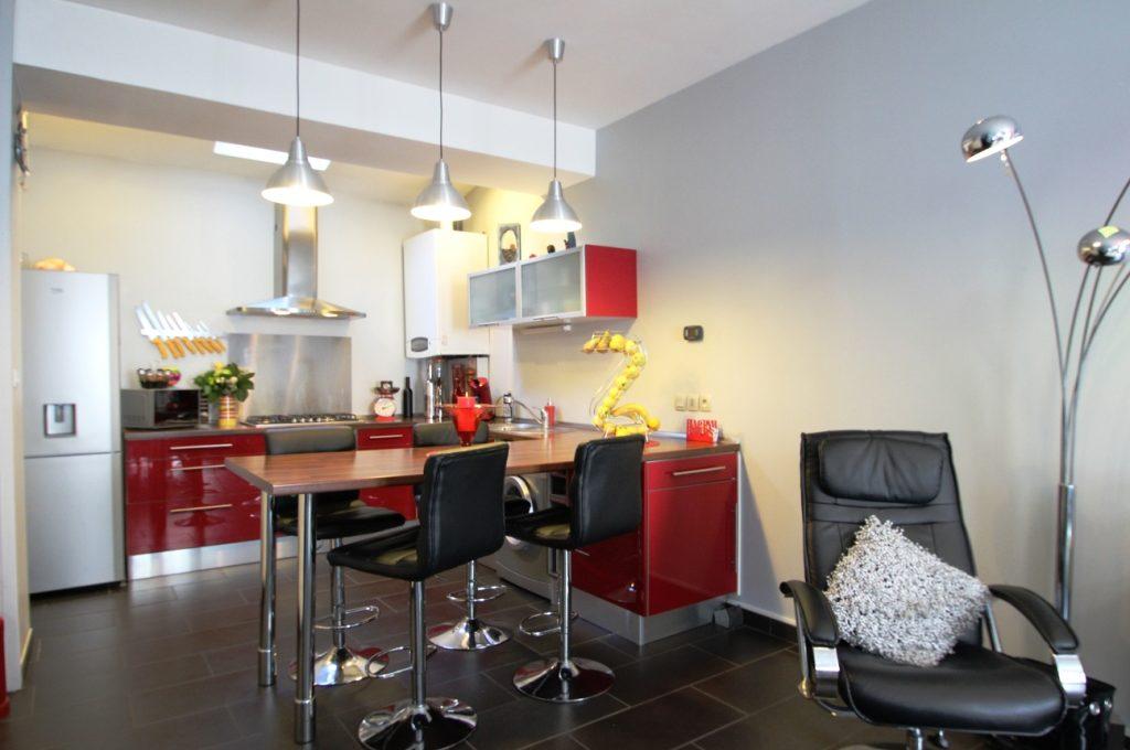 Salon, séjour, cuisine pour cette maison à vendre à Bordeaux