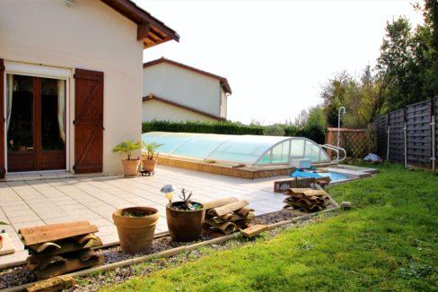 Piscine et jardin pour cette maison à vendre