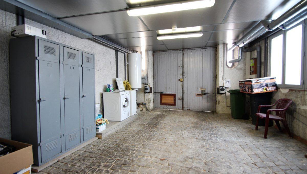 Garage avec porte automatique à Bordeaux